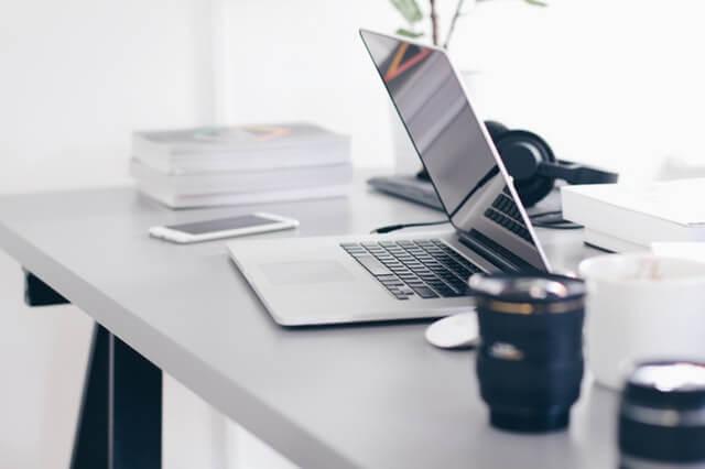 A imagem mostra um computador em uma mesa de trabalho